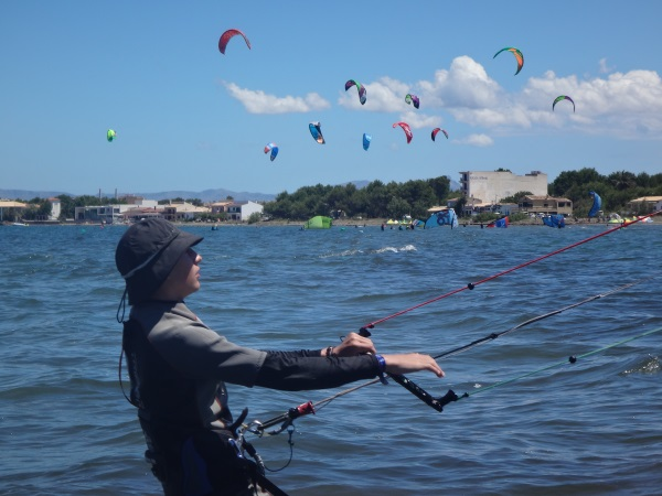 2 beswte-kitesurfen-unterricht-auf-mallorca-Anto -lernen-weit-von-kiten-massen