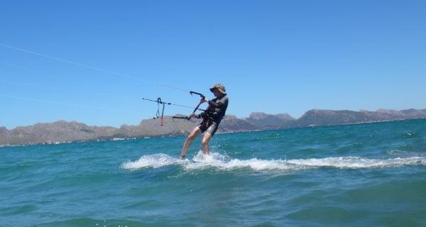 4 Kiten-auf-Mallorca-kitekurse-Anton-junge-mann-auf-Luxembourg-kitemallorca-com