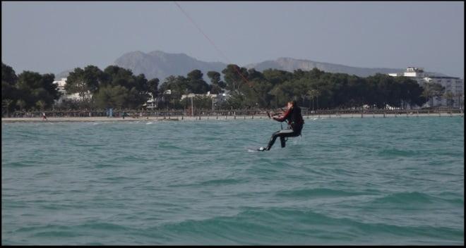 5 leçons de kitesurf en avril à Majorque Martina premier tour de kitesurf