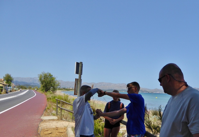 Mallorca Kitesurfing - Cris teaching us how to to talk to the kite in May