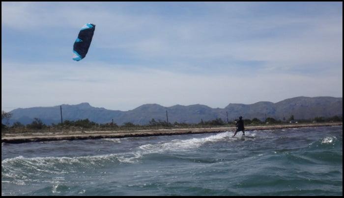 11 clase de kitesurf en Mallorca Kristina chica de Austria aprendiendo kite en Alcudia