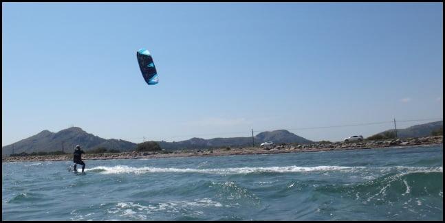 Graduellement, Il gagne de la vitesse avec son kiteboard Flysurfer