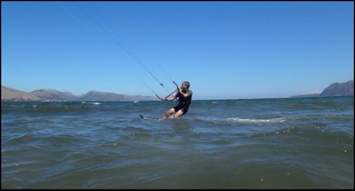 final, Roberto apprend le kitesurf avec Mallorca kiteschool sur un parcours de kite en août