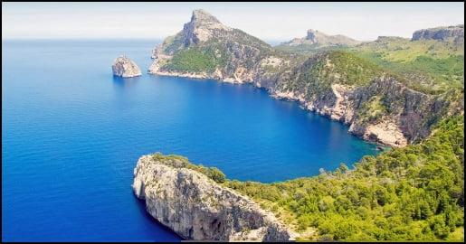 Als einige Bewohner des Port d'Andratx mit ihrem Boot nördlich von Mallorca abfuhren