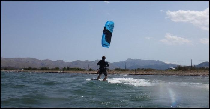Wolfgang gibt Kitesurfen vor der Kamera ab.