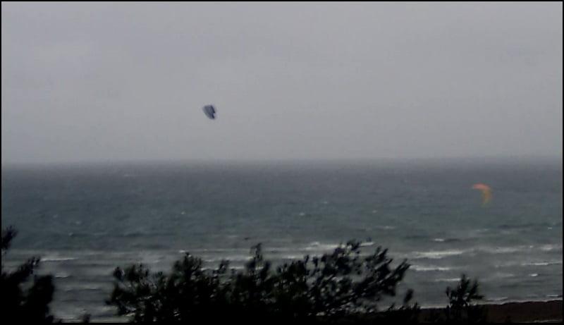dos mas se unen al primero kite en mal tiempo