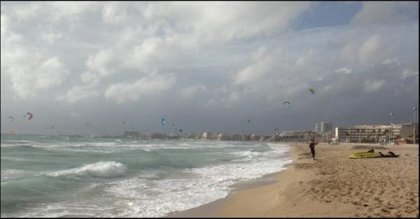 kitesurf sur la plage de Palma au mois de mars avec des vents du sud