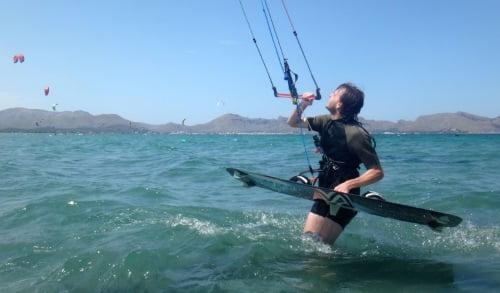 1 Cyrus se prepara para waterstart kitesurfing mallorca