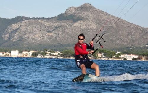1 kite en mallorca con los cursos de kitesurfing mallorca tu escuela en Pollensa