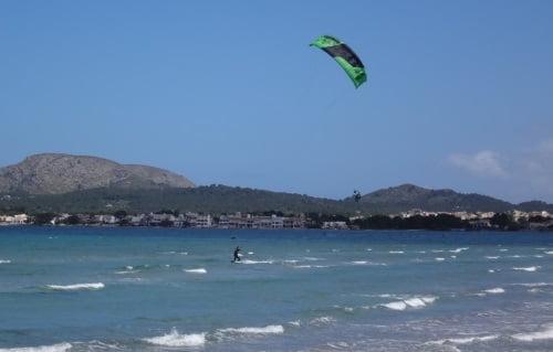 11-aprender-kitesurf-en-Mallorca-Christian-avanza-hacvia-su-izquierda