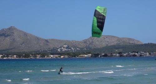13-pasando-frente-a-la-camara-Agosto-clases-de-kitesurf-en-Mallorca