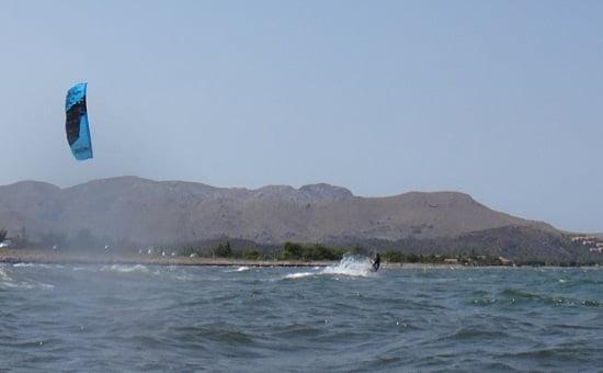 14 daphne con kite flysurfer navegar