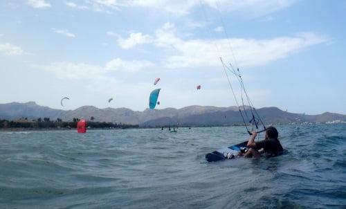 2 posicionandose en la tabla mallorca escuela de kite
