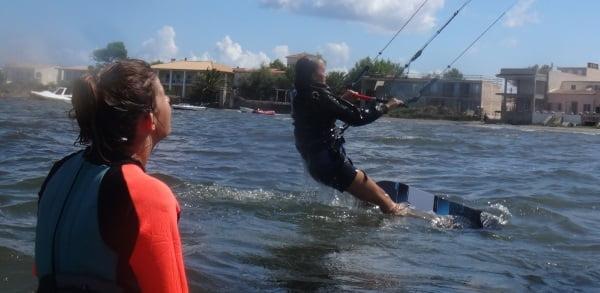 3 Mallorca kiteschool Rita se levanta en la tabla de kite