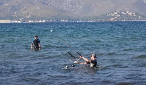 3 bereit zum wasserstart flysurfer kite schule mallorca im Mai