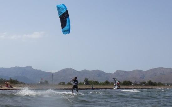 4-Daphne-sur-le-kiteboard-kite-leçons-Mallorca