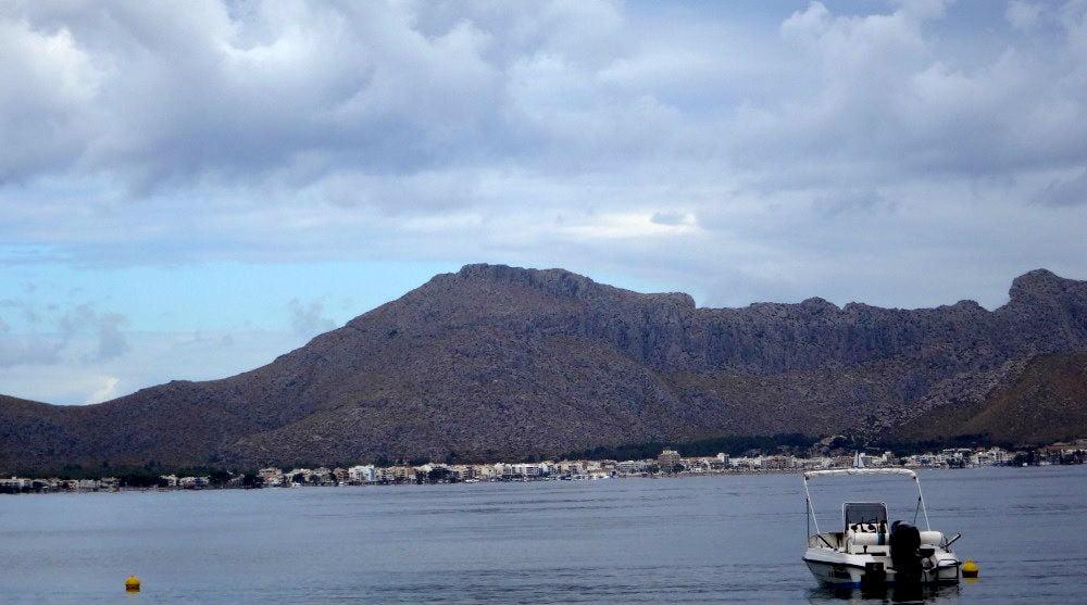 4-Puerto-Pollensa-allá-enfrente-kitesurfen-mallorca-en-un-dia-nublado