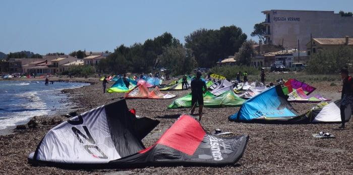 4-Sa-Marina-wenig-wind-all-tuben-kiten-liegen-am-strand-kitesurf-mallorca