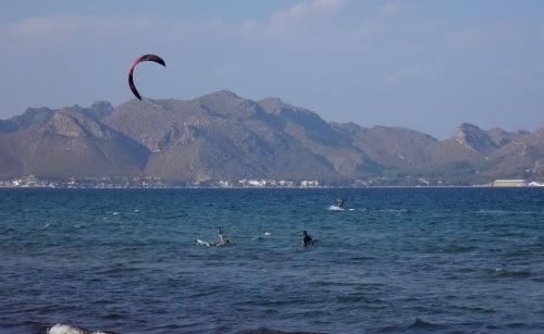 4 navegando kitesurfing mallorca con su kite de escuela