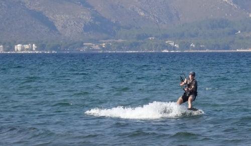 5 encima de la tabla curso de kitesurf en Alcudia en Mayo