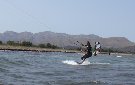 6 mallorca kiteschule immer vorwärts reitend und den kleinen Wellen ausweichen