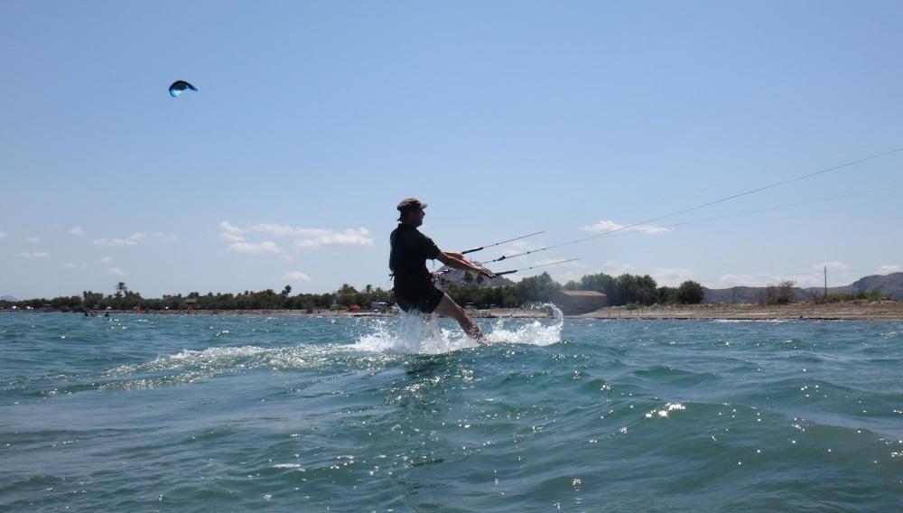 73 arriba en la tabla y navegando con kitesurfing mallorca