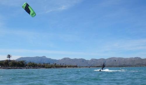 8-flysurfer-kites-en-Mallorca-en-Julio-y-Agosto-cursos-de-kite