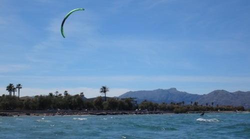 9-la-playa-de-Pollensa-cursos-de-kite-en-Agosto-mallorca Christian aprendiendo