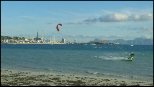 ecole et leçons de kitesurf le vent a tourné au SSW et il y a 20 nœuds