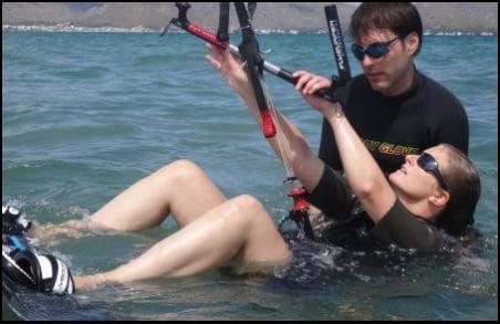 preparada para waterstart Maria curso de kitesurf en Mallorca en Julio