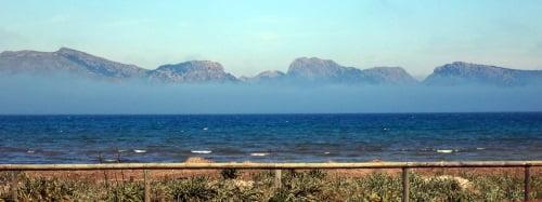4 fto Pollensa Bay Kite-Unterricht und eine niedrige Wolke Kitesurfen Mallorca