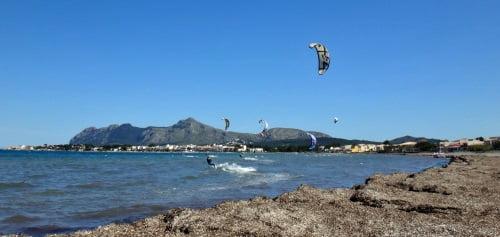5 kitesurf a Majorque la-flotte-commence-se réveiller-une voile de kite sur-le-air
