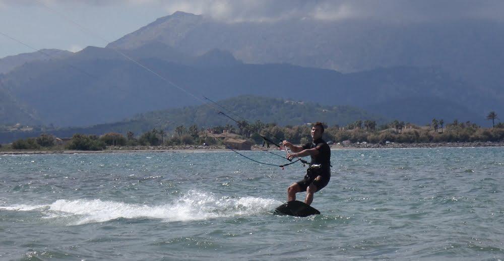 2 aprendiendo kite en Alcudia en Jilio
