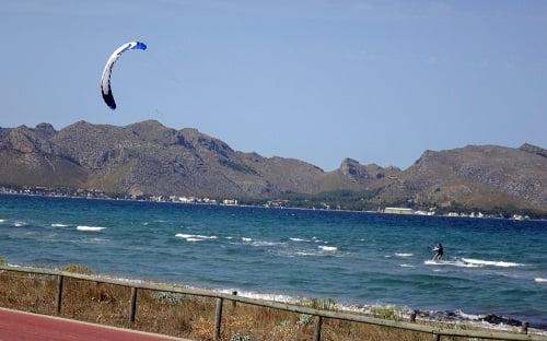 4 Bahia de Pollensa y la escuela de kite en Alcudia Mallorca en Junio