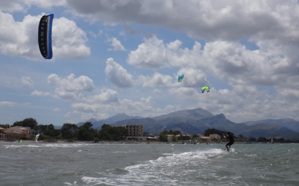 5 alejandose y ciñendo kitesurfing mallorca curso de kite en Agosto