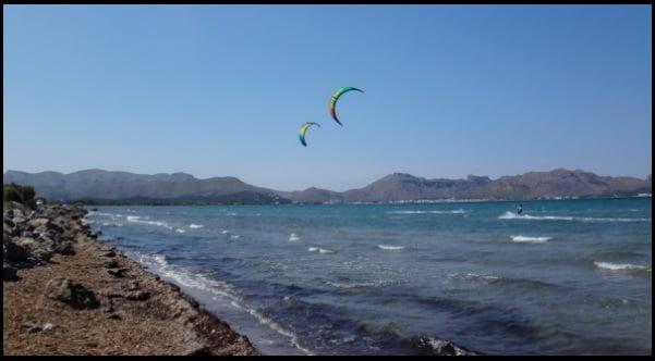 viento termico en Pollensa la escuela de kitesurf kitesurfingmallorca com en Julio
