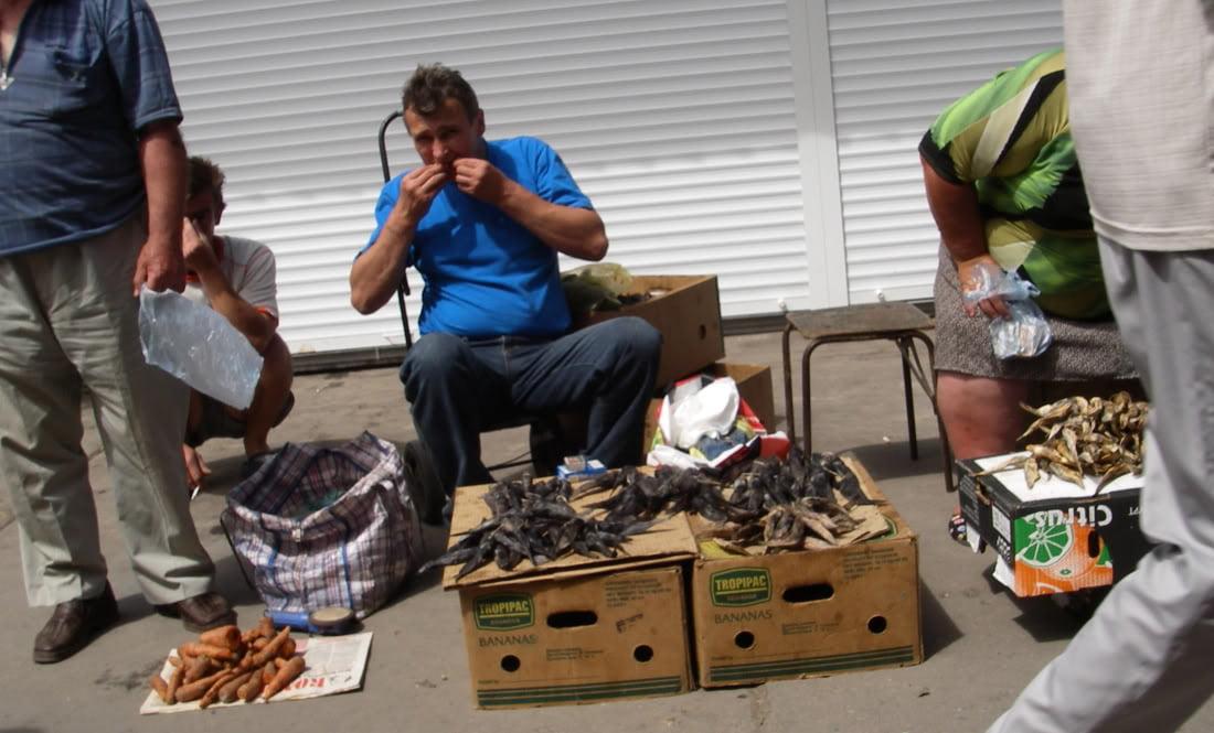 36 el mercado de Berdyansk, venta de pescado seco