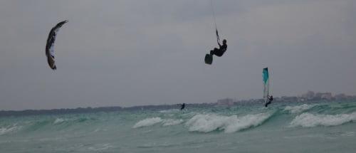 Saltando con Flysurfer kite de foil en Sa Rapita Mallorca