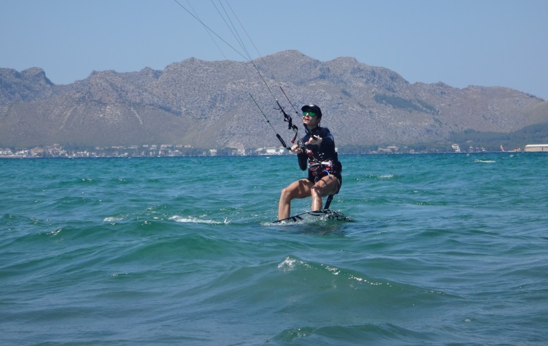 18-full-concentration-Mariona-kite-course-in-August-kitesurfing-lessons-Mallorca