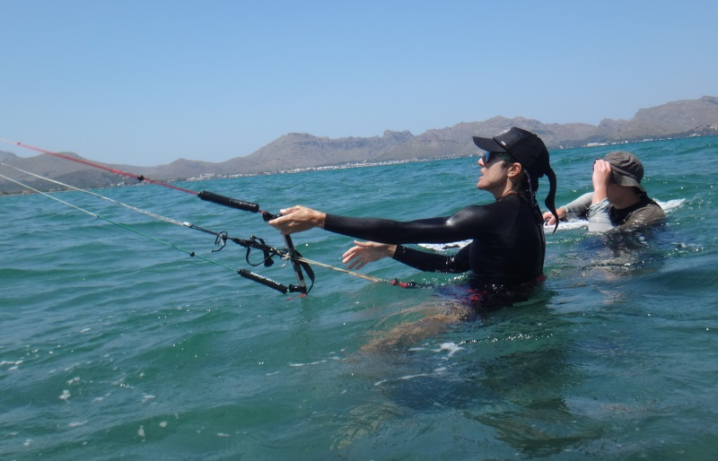 2-kitesurfing-lessons-Mallorca-preparing-for-waterstart-wind-in-Mallorca