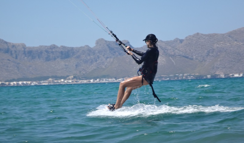 22-Alcudia-kiteschool-kitesurfing-lessons-Mallorca-Mariona-3-days-kite-course-in-August