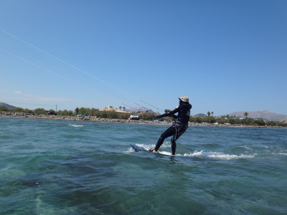 3-kitesurfing-lessons-in-Mallorca-in-May-Ronald-gaining-speed-www-kitemallorca-com