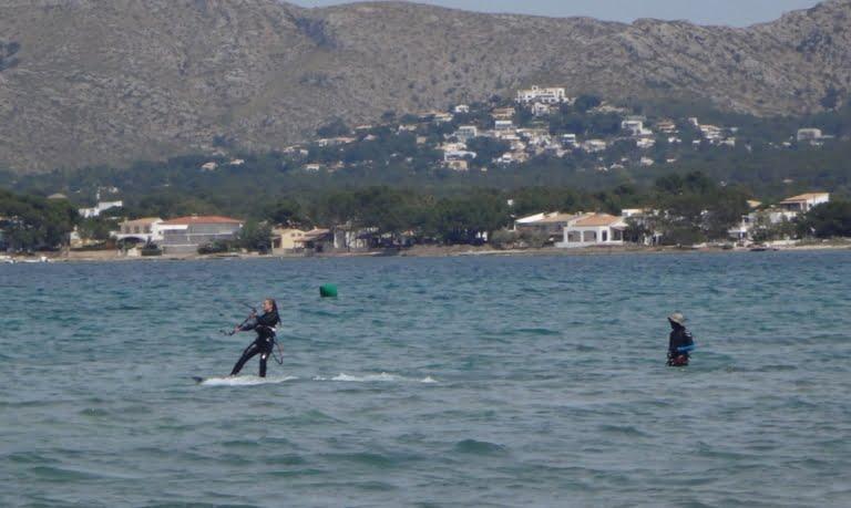 1-Sofie-dans-le-kiteboard-www-kitesurfing mallorca-com-768x459