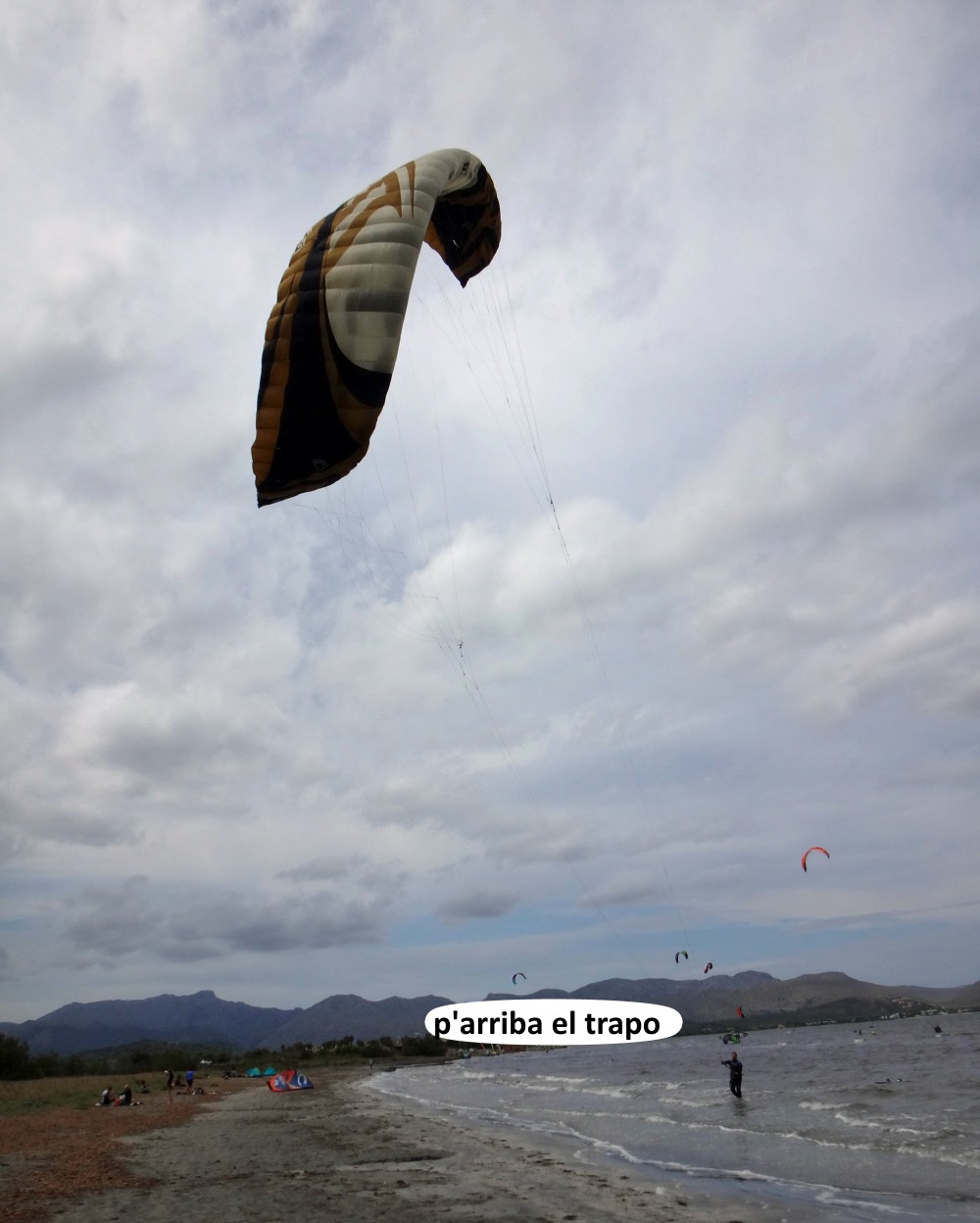1-kitesurfen-mallorca-levantando-el-trapo