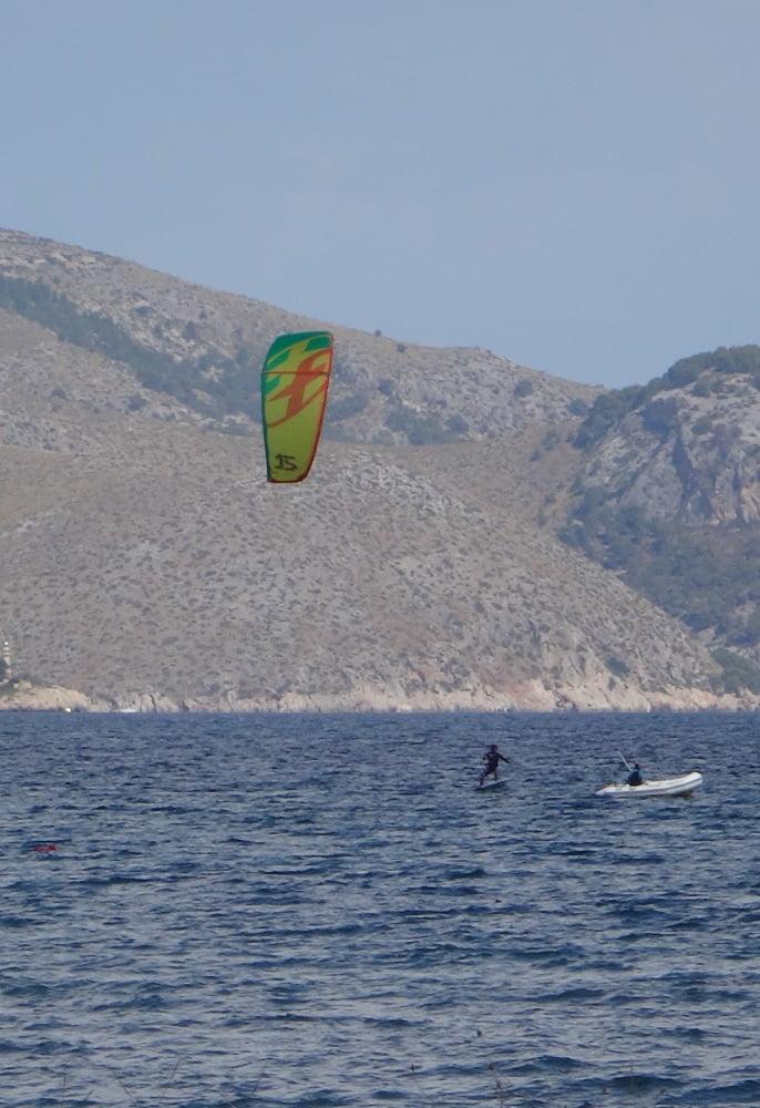 10-él-y-el-compinche-en-la-barca-kitesurfen-mallorca-kite-blog