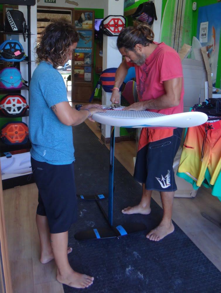 4-dando-los-ultimos-toques-escuela kitesurf en Mallorca-kiteblog