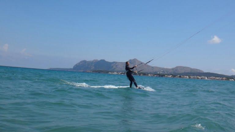 5-apprendre-kitesurf-a-Majorque-avec-LAsociation-aprende-a-navegar-Sofie-kitesurfingmallorca-com-768x431