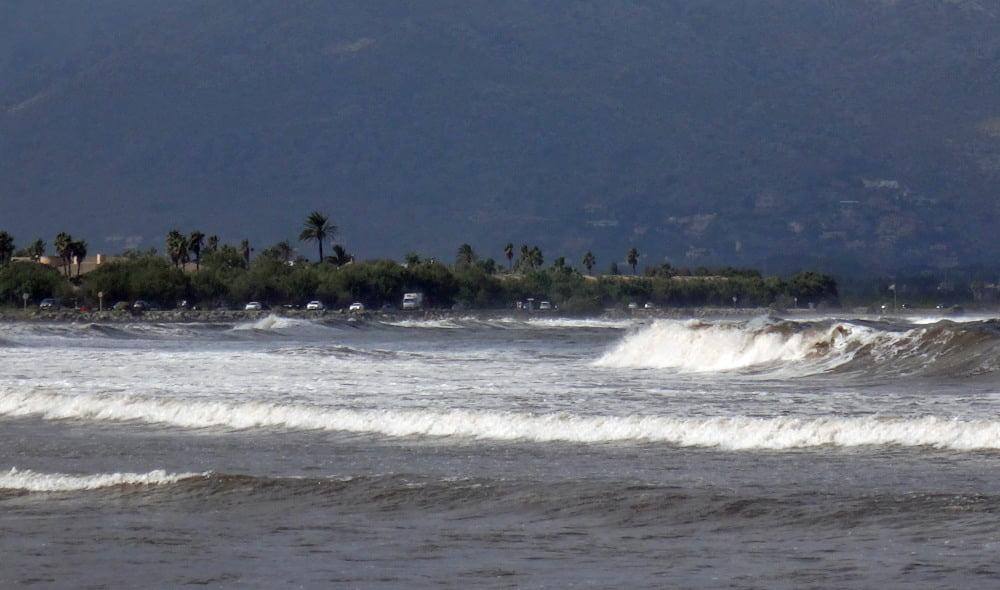 4-breaking-waves-kitesurfing-lessons-2015-Alcudia-shore